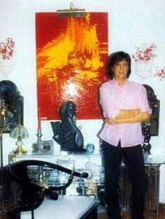 Camilo Sesto en su casa, atrás una de sus pinturas.