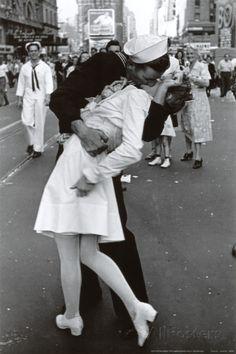 Beijo no Dia da Vitória sobre o Japão Posters na AllPosters.com.br