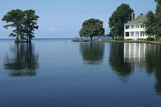 town of Edenton, NC. This is the Barker House, on Edenton Creek. Living In North Carolina, North Carolina Homes, Carolina Usa, Beautiful Places In The World, Most Beautiful, Wonderful Places, Beautiful Images, Beautiful Homes, World Wallpaper