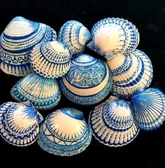 Sea Shells using Sharpies or Paint More – Renate CummingYou can find Shell art and more on our website.Sea Shells using Sharpies or Paint More – Renate Cumming Seashell Painting, Seashell Art, Seashell Crafts, Beach Crafts, Stone Painting, Diy Painting, Rock Painting, Diy Crafts, Seashell Projects