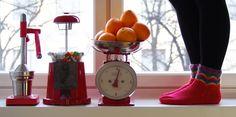 SATEENKAARIA JA SERPENTIINIÄ: Sateenkaaria sukassa // Silmukan ytimestä- haaste My Socks, Watermelon, Home Appliances, Food, House Appliances, Essen, Appliances, Meals, Yemek