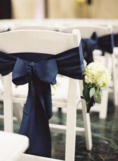 Le noeud de chaise en satin bleu marine