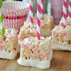 It's no secret – food on a stick is always a huge hit! So I love these grab 'n go peppermint Rice Krispies treats on a stick by Shugary Sweets. They're made with candy cane flavored Jello pudding mix and mini peppermint marshmallows, then dipped ...