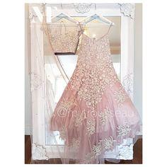 No photo description available. Indian Bridal Outfits, Indian Bridal Wear, Indian Dresses, Indian Wedding Clothes, Indian Wear, Wedding Lehnga, Bridal Lehenga, Lehenga Saree Design, Lehenga Blouse