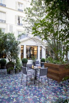 Terraces in Paris Banquettes, Bar Paris, Paris Hotels, Hotels And Resorts, Restaurant Bar, Interior Styling, Living Room Designs, Places To See, Swimming Pools