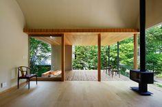 軽井沢のような豊かな自然環境。あるいは、敷地に余裕のあるところでは、屋根のあるテラスをご提案しています。屋根のないデッキはあえてつくりません。だって、外で楽しみたいだけなら、いくらでもありますから(笑)この写真「テラスへとつながるリビングダイニング」はfeve casa の参加建築家「鈴木宏幸/アトリエ137一級建築...