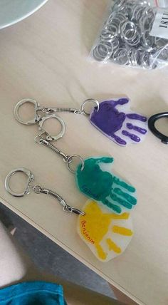 Key fob handprint gift made of shrink wrap … - DIY Crafts for Kids Daycare Crafts, Baby Crafts, Crafts For Kids To Make, Classroom Crafts, Fathers Day Art, Fathers Day Crafts, Top Christmas Gifts, Christmas Crafts, Craft Gifts