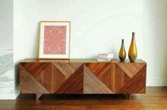 un buffet design original avec du bois rayé
