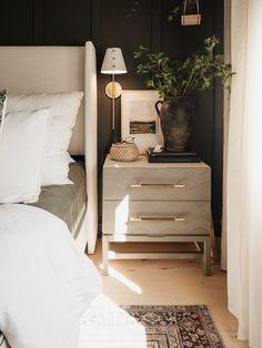 Bedside Table Decor, Nightstand, Bedroom Green, Master Bedroom, Home Decor Bedroom, Bedroom Ideas, Bedroom Retreat, Cozy Bed, Look Chic