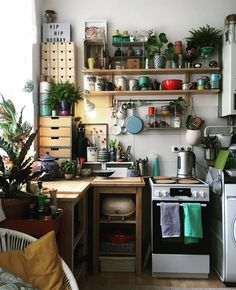 cozy small apartment decorating ideas on a budget 30 - Home decor cozy Dream Apartment, Apartment Kitchen, Kitchen Interior, Cozy Kitchen, Kitchen Decor, Unfitted Kitchen, Kitchen Pantry, Kitchen Furniture, Küchen Design