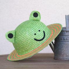 動物帽子 麦わら かえる ストローハット 52cm [UK-H010-K52] 帽子 田中帽子店 通販|Creema(クリーマ) ハンドメイド・手作り・クラフト作品の販売サイト Frog And Toad, Frog Frog, Frog House, Cute Frogs, Kawaii Clothes, Goblin, Cool Outfits, Cute Animals, Character Design