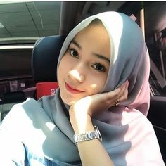 "3,581 Suka, 69 Komentar - Silviana Julia (@silvianajulia) di Instagram: ""Buat apa noleh ke belakang lihat masa lalu, kan udah ada spion. - - Paham lah... Kalau ada yang…"" Casual Hijab Outfit, Hijab Chic, Hijabi Girl, Girl Hijab, Muslim Girls, Muslim Women, Beautiful Hijab, Ulzzang Girl, Fashion 2020"