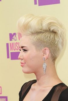 Miley Cyrus. Blond kort haar.
