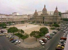 PLAZA DE MARIA PITA CUANDO PODIAN CIRCULAR Y APARCAR LOS COCHES EN ELLA HASTA 1.985, EVIDENTEMENTE A MI ME GUSTABA MUCHISIMO MAS ASI QUE PEATONALIZADA CON LAS HORRIBLES Y HORTERAS TERRAZAS,VAYA PELOTAZO DE SIR PACO... Location History, Taj Mahal, Dolores Park, Nostalgia, Spain, Mansions, City, Travel, Parking