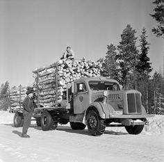 Scania-Vabis timber truck in Sweden. Volkswagen, Mercedes Benz Trucks, Heavy Construction Equipment, E Photo, Transporter, Cool Trucks, Volvo, Cars And Motorcycles, Antique Cars
