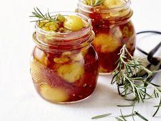 Confituur, maar niet voor op brood: pittige chutney van kerstomaat, perzik en rozemarijn