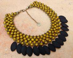 Maxi colar entrelaçado de resina emborrachada nas cores verde oliva e preta, Acabamento de ouro velho com corrente para regular tamanho,