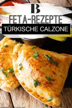 We transform the Italian pizza classic into a Turkish delicacy: for filling finished pizza dough with feta cheese, beef salami, olives and peppers and conjure a spicy calzone. The feta gives the pizza a particularly mild touch. Pizza Recipes, Grilling Recipes, Chicken Recipes, Snack Recipes, Pizza Snacks, Pizza Girl, Italian Pastries, Dough Recipe, Pizza Dough
