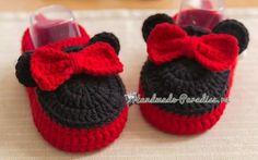 Вязаные пинетки с микки маусами. Схемы #handmade #вязаниекрючком #описание #схема #crochet #pattern #вязаниедлядетей #crochetforkids #мышка #миккимаус #пинеткикрючком #пинетки