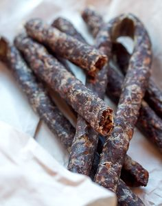 Droëwors is a South African snack food, based on the traditional, coriander-seed spiced boerewors sausage. Sausage Recipes, Cooking Recipes, Snack Recipes, Snacks, Oven Recipes, Recipies, South African Dishes, South African Recipes, Africa Recipes