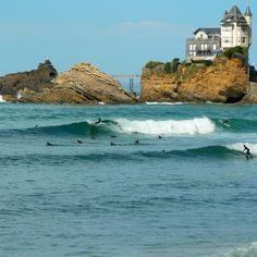 Surfeur devant villa Belza à Biarritz