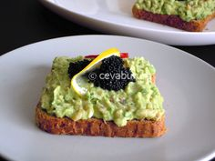 Tartine cu somon afumat, avocado si caviar: cum se fac. Reteta aperitive cu salata de somon afumat, icre negre, avocado si ceapa verde. Caviar, Avocado Toast, Breakfast, Food, Green, Salads, Morning Coffee, Essen, Meals