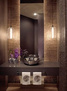 Tonos cobre, marrón glasé, y gris medio visten las paredes de este aseo.