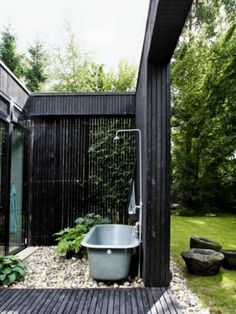 Le modèle de salle de bain extérieur- pureté pour l'esprit et le corp - noire-modèle-de-salle-de-bain-extérieure