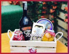 Cesta Rubí de Sorpresas a tiempo #galletas  de #navidad, vino #galletas, #chocolate  #frutas Candy Boxes, Baileys, Gift Baskets, Galletas Chocolate, Ideas Para, Picnic, Berries, Wraps, Gift Wrapping