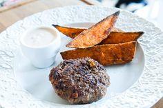 Nötfärs och Morotsbiffar med sötpotatisklyftor och chipotlesås