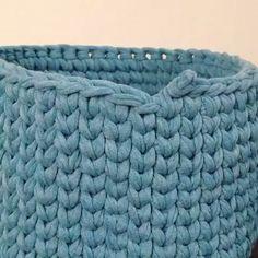 ― 💮rose oliveiraさん( 「Primeira vídeo aula do ano 😉 mais um jeitinho de fazer emenda no ponto baixo centrado ( perdi a…」 Crochet Basket Pattern, Crochet Stitches Patterns, Knitting Patterns, Crochet Baskets, Knitting Designs, Arm Knitting, Knitting Stitches, Double Knitting, Diy Crochet