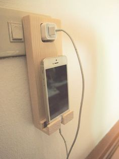 Make Money from Home: Wooden iPhone Holder Wall Socket Charging Holder i. - My Easy Woodworking Plans Pallet Projects, Home Projects, Small Wooden Projects, Pallet Ideas, Bois Diy, Iphone Holder, Smartphone Holder, Diy Holz, Wood Design
