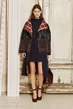 View all the look book pictures from the Mulberry autumn (fall) / winter 2015 collection at London fashion week. Runway Fashion, High Fashion, Fashion Show, Fashion Design, Fashion Trends, London Fashion Weeks, Look 2015, Trend Council, Fall Winter 2015