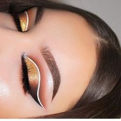 Gorgeous cut creae: warm toned orange crease with gold shimmer at the inner lid and black on the outer V. Love the way that white liner seperates the crease. Bold eye makeup for a bold evening either at prom or dinner plans. White Eyeliner Looks, White Eyeliner Makeup, Bold Eye Makeup, White Makeup, Creative Eye Makeup, Makeup Eye Looks, Colorful Eye Makeup, Eye Makeup Art, Gold Makeup
