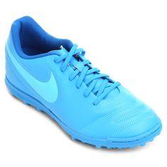 Dê um show de bola nos gramados sintéticos com a Chuteira Nike Tiempo Rio 3 TF Society Azul e Azul claro. Suas travas garantem máxima tração e o cabedal texturizado oferece precisão e controle de bola. | Netshoes