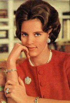 Voici une parure de turquoises portée par le reine Anne-Marie de Grèce ici photographiée en 1967. (Merci à Marie Claude)