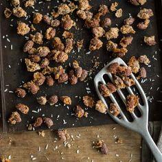 Gebrannte Mandeln wie von der Kirmes oder dem Weihnachtsmarkt kannst du einfach selber machen. Und zwar mit Pfanne, Backofen und Mikrowelle.