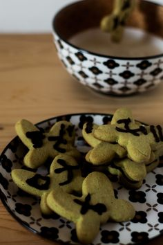 Biscotti al tè matcha con glassa al cacao