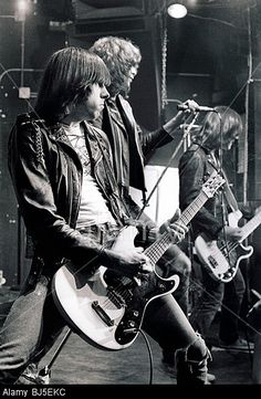 The Ramones, the purest form of Rock &Roll. They were not great musicians, not good looking, and didn't play music that was top 40 material. Just Loud garage band Rock! Joey Ramone, Ramones, Rock And Roll, Heavy Metal, Blue Soul, Estilo Punk Rock, Historia Do Rock, Post Punk, My Favorite Music