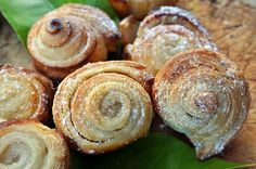Girelle caramellate al limone, dessert con pasta sfoglia, ricetta veloce, semplice, ottime per il the, biscotti, per feste, buffet, biscotti di pasta sfoglia