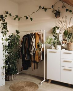 Trying to organize a clutter-free minimalist home? These 16 minimalism organization ideas will help you declutter your home, rid your life of excess items, and stay organized! Room Design Bedroom, Room Ideas Bedroom, Bohemian Bedroom Decor, Diy Bedroom Decor, Study Room Decor, Aesthetic Room Decor, My New Room, House Rooms, Room Inspiration