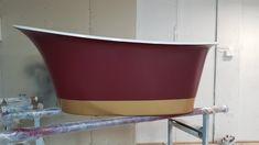 Wanna wolnostojąca Ravon Euphoria polskiej manufaktury Ravon. Kolor bordowy, z palety RAL 3005 w wykończeniu matowym, złoty pas połysk.