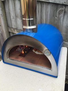 The Portable pizza oven MONTANA is ideal for a picnic or to go camping with you. Fits in the boot of any average car... It is also very handy to have at home!