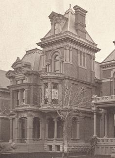 One of my favourite houses! The Wilson-Mabley House. Edmund Pl, Detroit Source: Burton Col.