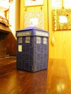 tardis sewing kit that is bigger on the inside! made by ellemir on craftster Sewing Class, Sewing Kit, Class Projects, Diy Projects, Craft Tutorials, Craft Ideas, How To Make Purses, Craft Organization, Craft Patterns