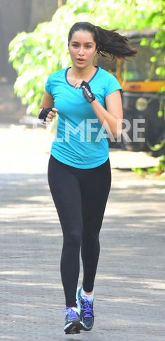 Shraddha Kapoor snapped jogging on the streets of Mumbai Indian Bollywood, Bollywood Fashion, Yoga Fitness, Shraddha Kapoor Cute, Fit Women, Sexy Women, Sraddha Kapoor, Indian Fashion Trends, Yoga Pants Outfit