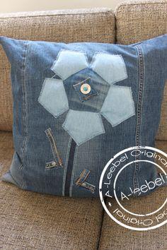 Van old jeans gemaakt, een kussen met bloem! made by A-leebel.nl