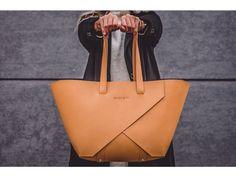Kožená kabelka od české značky Leathery. Poctivé řemeslo+ kvalitní italská kůže+ moderní design+ originální vzhled Madewell, Tote Bag, Bags, Design, Fashion, Simple Lines, Handbags, Moda, Fashion Styles