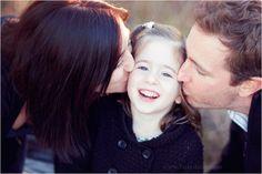 seance photo famille par Fairy Daily à Toulouse, bisous, filles, parents