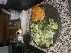 Easy Parmesan Chicken Brown Plates, Chicken Parmesan Recipes, How To Make Breakfast, Boneless Chicken, Chicken Tenders, 4 Ingredients, Palak Paneer, Dinner Recipes, Stuffed Peppers